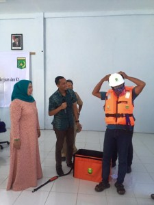 Memperhatikan salah satu peserta memakai peralatan K3